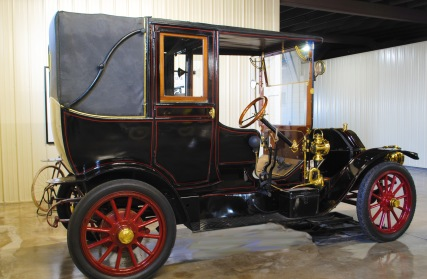 The 1910 Mitchell Limousine-Landaulet is a special vehicle in that it isn't just a standard old-fashioned limousine. The back of the car is removable so that fresh air can be felt by the passengers without all of the air rushing straight into their faces!